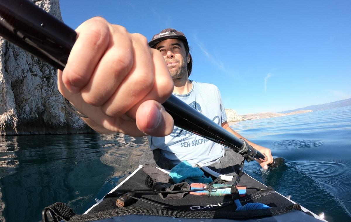 kayaking and testing the external pocket of 30l dry bag